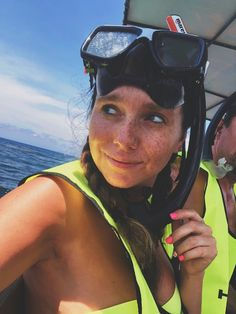 First time snorkeling- Roatán Honduras- Great Barrier Reef Scuba Girl, Snorkelling, Great Barrier Reef, Honduras, Oakley Sunglasses, Diving, Wetsuit, Travel Inspiration, Fashion Beauty