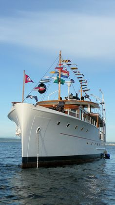Here& the interesting history behind this beautiful 80 year-old classic motor yacht courtesy of the Classic Yacht Association. Classic Wooden Boats, Trains, Classic Yachts, Cabin Cruiser, Float Your Boat, Old Boats, Yacht Boat, Yacht Club, Boat Design