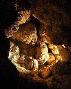 Explore the depths . We love the caves and @jewelcavenps (third longest cave in the world) is literally a gem! . . @jewelcavenps est littéralement un bijou ! . Il faut dire que cette grotte ( troisième plus grande du monde tant il y a de galeries), est impressionnante : différentes formations comme des stalagmites, stalactites et autres .... mais est surtout recouverte en grande partie de cristaux ! . Nous adorons les grottes/cavernes, même en rando on ne peut pas s'empêcher dès que l'on…