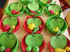 Kleine appeltjes van klei gemaakt met een klein steeltje er in. De kleurencombinatie van het geheel en de het versje maken het tot een aantrekkelijk geheel!
