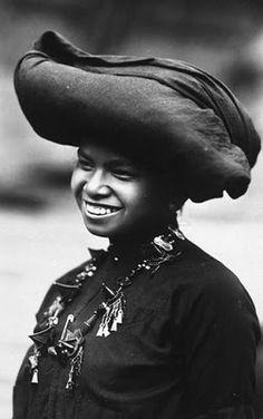 Potret wanita Karo | Portret van een jonge Karo Batak vrouw | 1910-1930