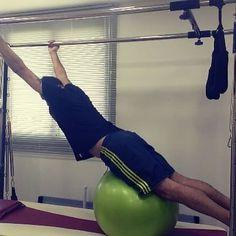 Trabalhando força, alongamento e equilíbrio. @manborges Quem disse que Pilates é fácil?! #CEFFA #cadilac #homemtambémfazpilates