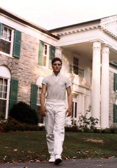 MEMPHIS, TN – CIRCA Rock and roll singer Elvis Presley strolls the grounds of his Graceland estate in circa (Photo by Michael Ochs Archives/Getty Images) Elvis Presley Graceland, Priscilla Presley, Lisa Marie Presley, Musica Elvis Presley, Elvis Presley Photos, Graceland Mansion, Elvis Presley Wallpaper, Pete Wentz, Hoodie Allen