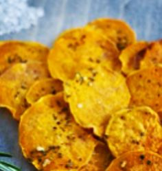 Rosemary Sweet Potato Chips (note that EVOO = extra virgin olive oil. Savory Snacks, Healthy Appetizers, Healthy Eating Recipes, Low Calorie Recipes, Clean Eating Recipes, Snack Recipes, Cooking Recipes, Isagenix Snacks, Football Recipes