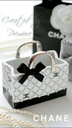 35 Ideas For Diy Makeup Containers Vanities Coco Chanel, Chanel Logo, Chanel Party, Chanel Fashion, Fashion Bags, Chanel Dekor, Chanel Bedroom, Mademoiselle Coco, Parfum Chanel