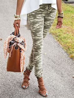 Camo jeans & Hi-Lo Peplum top Camo Pants Outfit, Camo Jeans, Camo Outfits, Casual Outfits, Camo Skinnies, Camo Fashion, Military Fashion, Look Fashion, Fashion Outfits