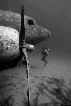 avión en el fondo del mar