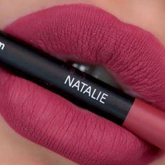 Veganer Lip Liner von exurbe mit innovativer Formulierung die auch als Lippenstift verwendet werden kann. Hooded Eye Makeup, Smokey Eye Makeup, Makeup Eyes, Lipstick Shades, Lipstick Colors, Lip Makeup Tutorial, Lipstick Tutorial, Edgy Makeup, Creative Eye Makeup
