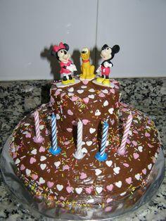 Tarta a 2 niveles, cobertura de chocolate y corazones, Mickey y Minnie mouse.