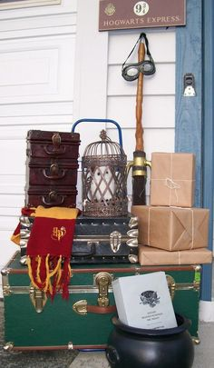 Lot's of great ideas for decorating your home like Hogwarts for a Harry Potter party. Baby Harry Potter, Harry Potter Motto Party, Objet Harry Potter, Harry Potter Fiesta, Harry Potter Thema, Cumpleaños Harry Potter, Harry Potter Halloween Party, Harry Potter Classroom, Harry Potter Bedroom