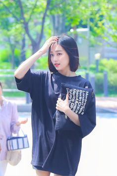 South Korean Girls, Korean Girl Groups, Jang Yeeun, Oversized Shirt, Sweet Style, Airport Style, Korean Beauty, Kpop Girls, Girl Crushes