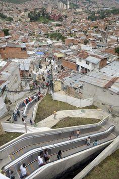Colombia - Escaleras eléctricas que comunican a la parte alta de las comunas con el metro de la ciudad en Medellín, Antioquia.