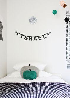 Domitorio de nino en un estilo minimalisto. Minimalist style in a child's bedroom. Chambre d'enfant minimaliste.