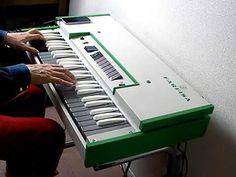1968年のNAMMショウで、それまでのComboシリーズを一新した洗練されたデザインで注目を集めたFarfisaのFASTシリーズ。本機はそのミドルクラ... Musical Instruments, Piano, Musicals, Music Instruments, Instruments, Pianos, Musical Theatre