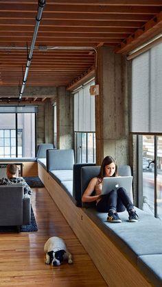 Zittend werken op deze manier is heerlijk! Veel natuurlijk daglicht en een fijne, zachte zitbank #werkplek #interieur #zitbank