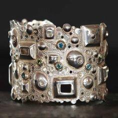Манжета выгравированы твердого серебра Состав с сапфирами и Перидот по Criska для дизайнеров ювелирных украшений Atelier.