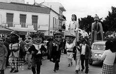 1972. Coín. Feria de Mayo             López Duerto - Andrés Moyano             Completo reportaje fotográfico de la Feria de Mayo de Coín que se celebró del 3 al 7 de mayo de 1972. En esta, cabalgata de gigantes y cabezudos a su salida desde el Parque de san Agustín.