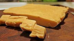 Grund opskrift på lækker cremet fudge lavet på kondenseret mælk med foreslag til fyld og smagskombinationer - fx lakridsfudge eller fudge med peanutbutter.