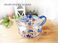 手描きのガラス絵付け作品になります。ガラスのティーポットに、小さな青い花を描いてみました。透明度が高く美しい発色のガラス専用絵具を使用しております。ステンレス... ハンドメイド、手作り、手仕事品の通販・販売・購入ならCreema。