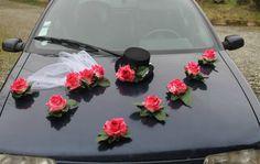 Décoration voiture mariage chapeau et voile fuchsia. Composition florale pour la voiture des mariés fait main en France avec des fleurs artificielles haut gamme. www.bouquet-de-la-mariee.com