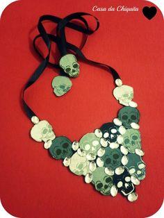 Maxi colar feito á mão. A base, feltro, tecido caveira e chaton oval brilhoso. R$45,00