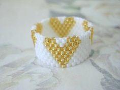 Gli anelli di perline fai da te si possono realizzare in poche mosse. Basta avere: ago, filo, perline e un schema semplice come il cuore. Esistono anche schemi più complessi come il fiocco o quelli ovali da sposa.