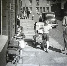 When kids played on the street Brixton Road Radford Nottingham Vintage Photographs, Vintage Photos, Baby Photos, Old Photos, Vintage Pram, Prams And Pushchairs, Call The Midwife, Baby Buggy, Dolls Prams