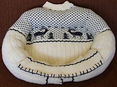 The Cottage Market: 25 Fabulous DIY Pet Bed ideas! Wouldn't Fido love to cuddle on your old sweater? Other idea with inverting end table to become pet bed. Pullover Upcycling, Chat Crochet, Alter Pullover, Old Sweater, Upcycled Sweater, Xmas Sweaters, Sweater Pillow, Knit Sweaters, Wooly Jumper