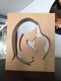 Moeder en kind van onbehandeld beuken hout gemaakt.Een mooi cadeau.Handgemaakt van hoge kwaliteit.Afmetingen;  ;circa 17,5 cm breed, 21 cm hoog, 4,2 cm dik. ;