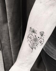 Tatuagem feita por Pink Becker de São Paulo. Flores delicadas no braço.