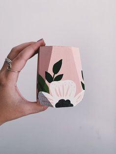 Painted Plant Pots, Painted Flower Pots, Decorated Flower Pots, Bottle Painting, Bottle Art, Pottery Painting Designs, Flower Pot Design, Fleurs Diy, Terracotta Pots