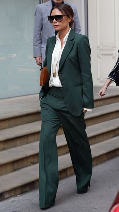 Victoria Beckham Suits Up After the Royal Wedding ❥Posh does it again – looks amazing 👠 Stylish outfit ideas for women who love fashion! Office Fashion, Work Fashion, Skirt Fashion, Fashion Outfits, Womens Fashion, Fashion Fashion, Tokyo Fashion, Fashion News, Vic Beckham