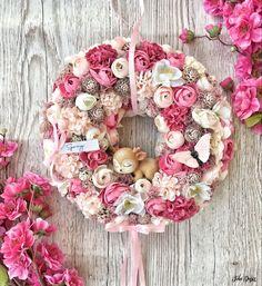 Wreath Crafts, Burlap Wreath, Wedding Decorations, Christmas Decorations, Cute Crafts, Christmas Time, Flower Arrangements, Garland, Floral Wreath