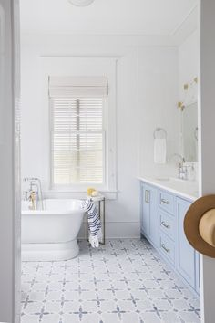If you have a small bathroom in your home, don't be confuse to change to make it look larger. Not only small bathroom, but also the largest bathrooms have their problems and design flaws. Bad Inspiration, Bathroom Inspiration, Bathroom Ideas, Bathroom Inspo, Home Luxury, Modern Master Bathroom, White Bathroom, Blue Bathrooms, Lavender Bathroom