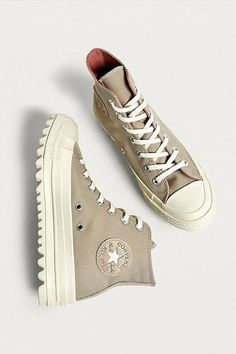 #ZapatosdeModa Mode Converse, Sneakers Mode, Sneakers Fashion, Fashion Shoes, Shoes Sneakers, Fashion Accessories, Converse Shoes Outfit, Beige Sneakers, Converse High