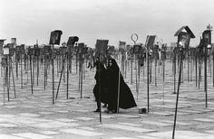 Iran, 1979. «Cette photo mystérieuse du cimetière des martyrs de Qöm, en Iran, m'influença plus tard lorsque je décidai de créer des ex-voto en hommage à ma famille disparue, en Alsace. Une façon pour moi d'abolir la frontière entre les vivants et les morts.»