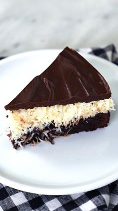 This simple Moist Chocolate Cake recipe is completely homemade and incredibly moist from using oil instead of butter! Seriously, it's so easy to make and the best moist chocolate cake you'll ever have! Cheese Cake Filling, Cake Filling Recipes, Cake Recipes, Dessert Recipes, Chocolate Chip Cookies, Best Moist Chocolate Cake, Chocolate Ganache, Köstliche Desserts, Delicious Desserts