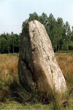 Le menhir solitaire de Kerhuel, Fouesnant, Bretagne, France