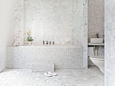 Tulikivi – Sisustuskivet. Vaalea Bianco Carrara -marmorilaatta sekä Carrara-marmorimosaiikki. #habitare2014 #design #sisustus #messut #helsinki #messukeskus