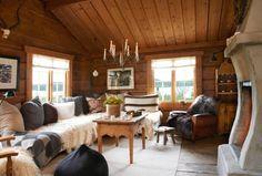 ROMSLIG: Stuen er romslig med nydelige, gamle tømmervegger og fantastisk utsikt over til Jotunheimen og Øyangen. Paret har innredet med noe nytt og noe gammelt.
