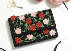 This little floral DIY clutch bag uses plastic canvas for stability and adds crochet and embroidery for a feminine, floral look. Pochette Diy, Crochet Triangle Scarf, Diy Clutch, Clutch Bag, Tote Bag, Floral Clutches, Canvas Designs, Plastic Canvas Patterns, Free Pattern