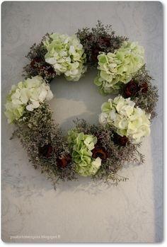 Mökkipuutarhassa: Kranssit Floral Wreath, Decorations, Wreaths, Diy, Home Decor, Floral Crown, Decoration Home, Door Wreaths, Bricolage