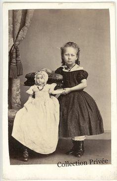 jouets d'enfants, jeux de photographes : Fillette avec une grande poupée. Photographie H. R...