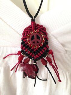 Collier sautoir gipsy boho macramé cordons rouge et noir peace and love : Collier par k-thys-creations