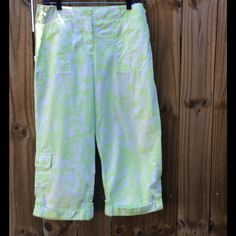 """Cute green and white Capri pants! Great pair of capris in like new condition with a neat green/white spring-like print. Material is 100% cotton. There are 2 small pen point sized dark stains on the bottom of the left cuff as shown in the last picture. 32"""" waist and 23"""" inseam. Jones New York Pants Capris"""