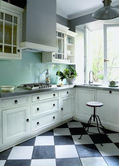 Wystrój kuchni nawiązuje do przedwojennych wnętrz. Najmocniejszym akcentem są ułożone w karo płytki marki Marazzi.