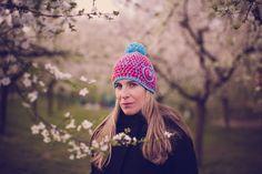 everybody loves colours 101. FOTO: maynka ... protože zimu mám ráda, ale celkově mě děsí šedost jejich dní... rozhodla jsem se použít pro svou tvorbu trošku veselejší barvy :)... lepe se mi tvoří, mám z toho větší radost a myslím, že udělá i nastávajícím nositelům.... :o))) čepička je háčkována DVOJMO z příjemné akrylové příze, takže je teploučká a ...