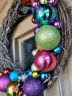 Déco de porte de Noël + boules colorées = une couronne de porte POP !