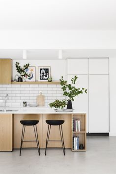 Go back to the basics with a Scandinavian kitchen style, a minimalist look that . Go back to the basics with a Scandinavian kitchen style, a minimalist look that has been growing in Nordic Kitchen, Scandinavian Kitchen, New Kitchen, Kitchen Dining, Kitchen Decor, Minimalist Scandinavian, Scandinavian Style, Kitchen Cabinets, Dining Room