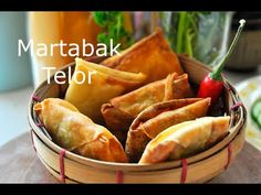 There is martabak manis (sweet) and martabak telor (savory). This is an easy martabak telor recipe to make at home. Easy Snacks, Easy Meals, Great Recipes, Snack Recipes, Christmas Snacks, Indonesian Food, High Tea, Street Food, Asian Recipes